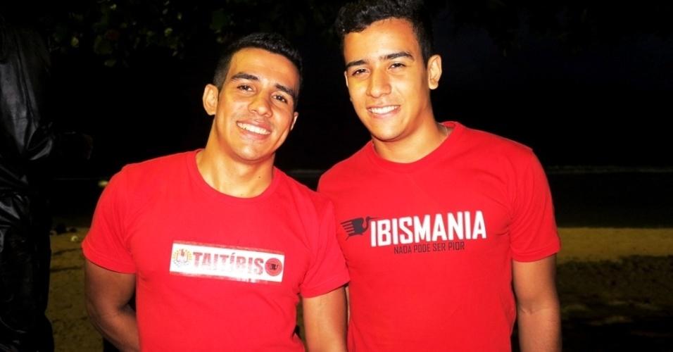 """21.jun.2013 Líderes da torcida mostram camisa da """"Taitíbis"""" durante treino da seleção da Polinésia Francesa no Recife"""
