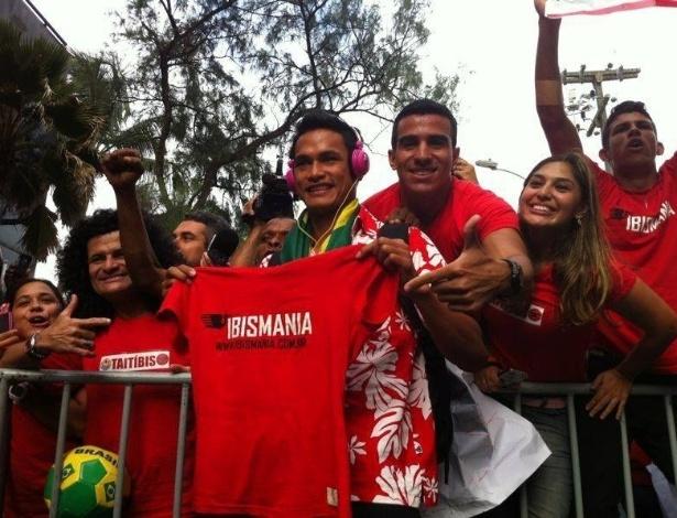 """21.jun.2013 Lorenzo Tehau (c), meia da seleção do Taiti, recebe camisa da """"Taitíbis"""", torcida criada pelo Íbis"""