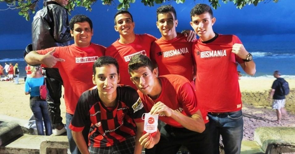 """21.jun.2013 Torcedores da """"Taitíbis"""" acompanham treino da seleção taitiana na Praia de Boa Viagem, no Recife"""