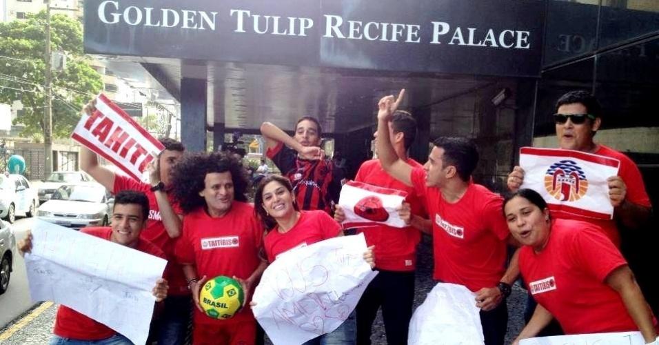 21.jun.2013 Torcedores do Íbis e o ídolo Mauro Shampoo (e) recebem o Taiti em hotel no Recife