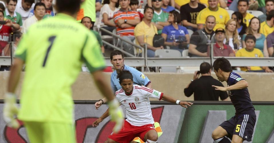 22.06.13 - Atacante Giovanni dos Santos faz jogada para cima de atleta do Japão na Copa das Confederações