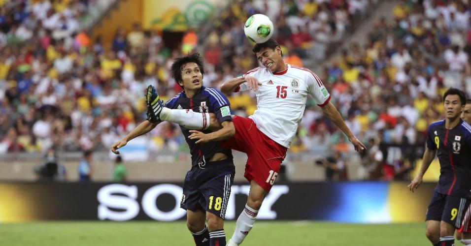 22.06.13 - De cabeça, zagueiro Hector Moreno afasta o perigo da defesa mexicana contra o Japão