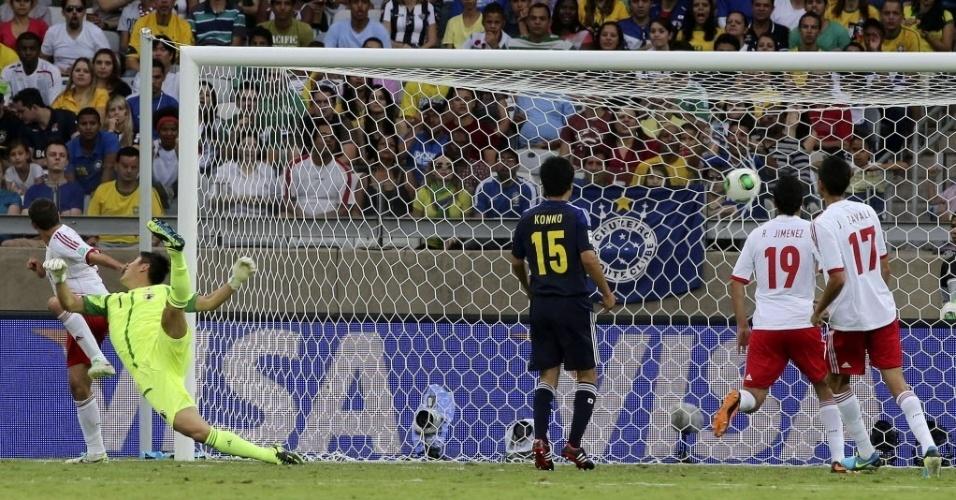 22.06.13 - Eiji Kawashima não consegue evitar gol de Javier Hernandez no duelo entre México e Japão pela Copa das Confederações