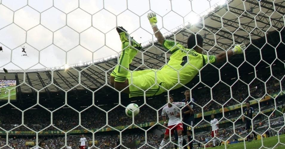 22.06.13 - Eiji Kawashima se estica todo para evitar gol de Andres Guardado na partida entre Japão e México