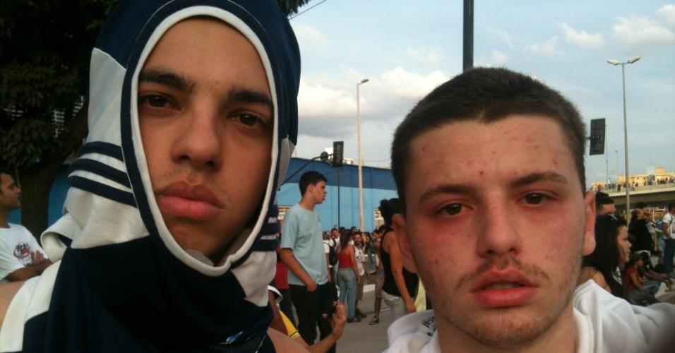 22.06.13 - Manifestantes ficam com olho vermelho após polícia usar gás lacrimogênio em Belo Horizonte
