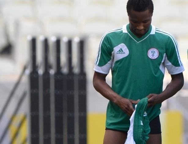22.06.13 - Mikel anda de cueca durante treino da seleção nigeriana na Arena Castelão