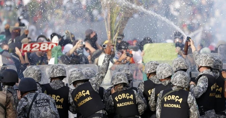 22.06.13 - Policiais afastam manifestantes com spray de pimenta em Belo Horizonte