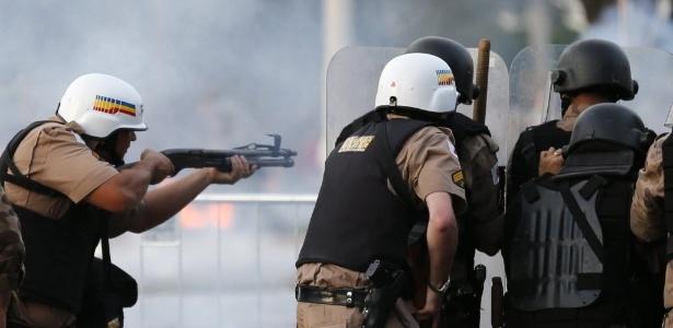 22.06.13 - Policiais atiram contra manifestantes do lado de fora do estádio Mineirão