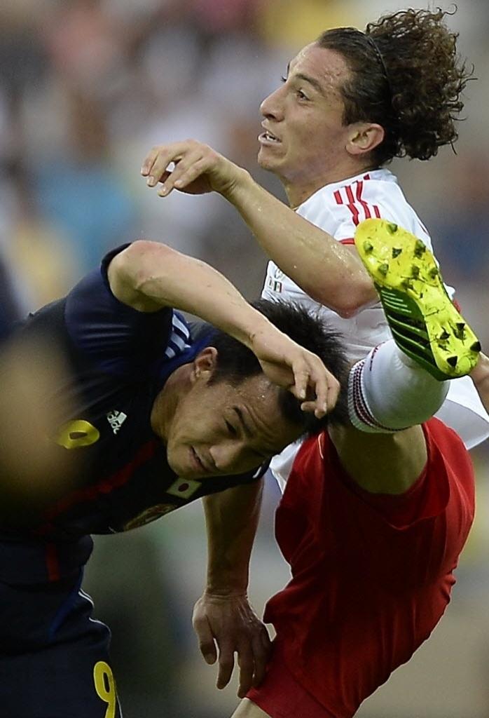 22.06.13 - Shinji Okazaki cabeceia o joelho de Andres Guardado na partida entre Japão e México pela Copa das Confederações