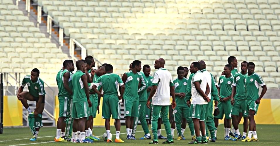 22.06.13 - Técnico da seleção nigeriana orienta jogadores durante atividade da equipe na Arena Castelão