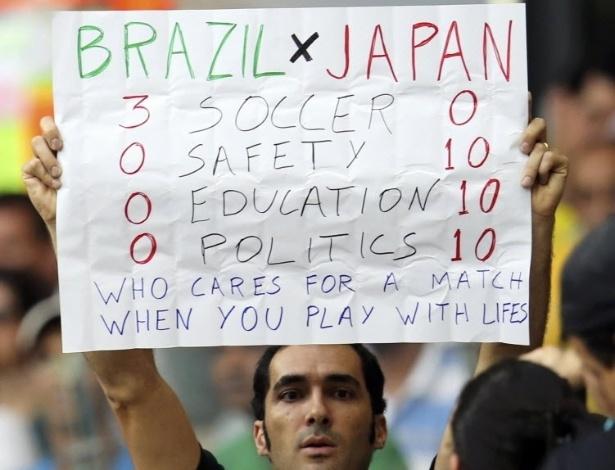 22.06.13 - Torcedor brasileiro ironiza situação do Brasil em relação ao Japão fora de campo na partida entre japoneses e mexicanos