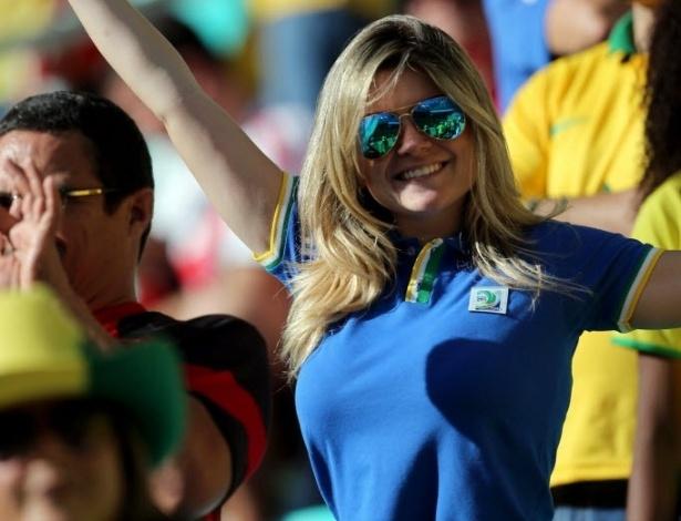 22.jun.2013 - Bela loira apoia o Brasil na partida contra a Itália na Fonte Nova