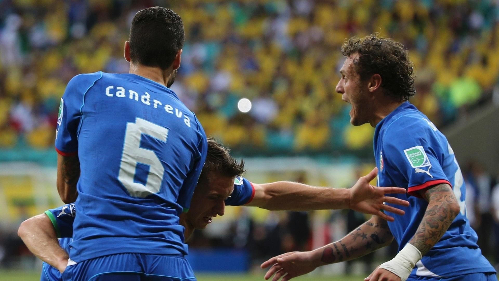 22.jun.2013 - Candreva (e) e Diamanti (d) abraçam Giaccherini  após gol da Itália sobre o Brasil