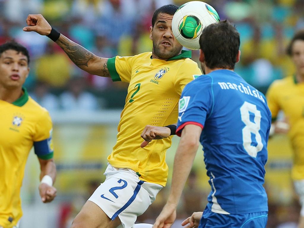 22.jun.2013 - Daniel Alves e Marchisio disputam posse de bola durante jogo entre Brasil e Itália pela Copa das Confederações