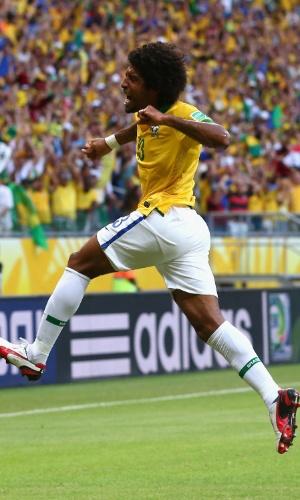 22.jun.2013 - Dante pula para comemorar gol marcado sobre a Itália