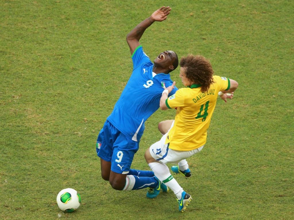 22.jun.2013 - David Luiz faz falta em Balotelli durante partida entre Brasil e Itália pela Copa das Confederações