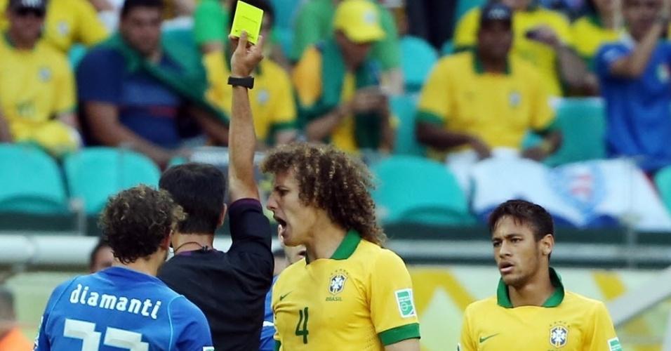 22.jun.2013 - David Luiz reclama com o árbitro após levar o cartão amarelo na partida entre Brasil e Itália, pela Copa das Confederações