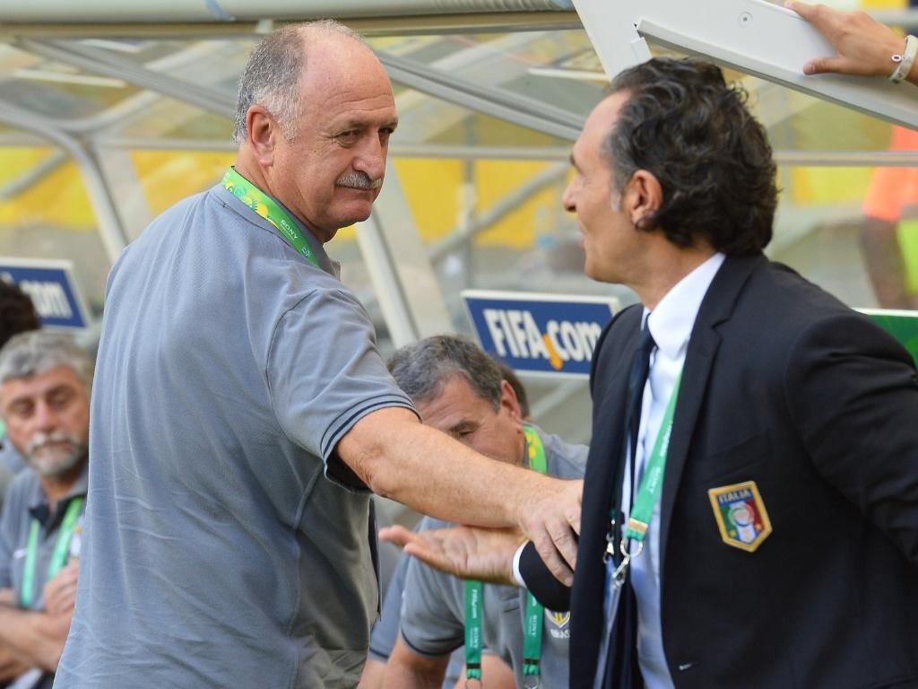 22.jun.2013 - Felipão e Cesare Prandelli, técnico da Itália, apertam as mãos antes de partida pela Copa das Confederações