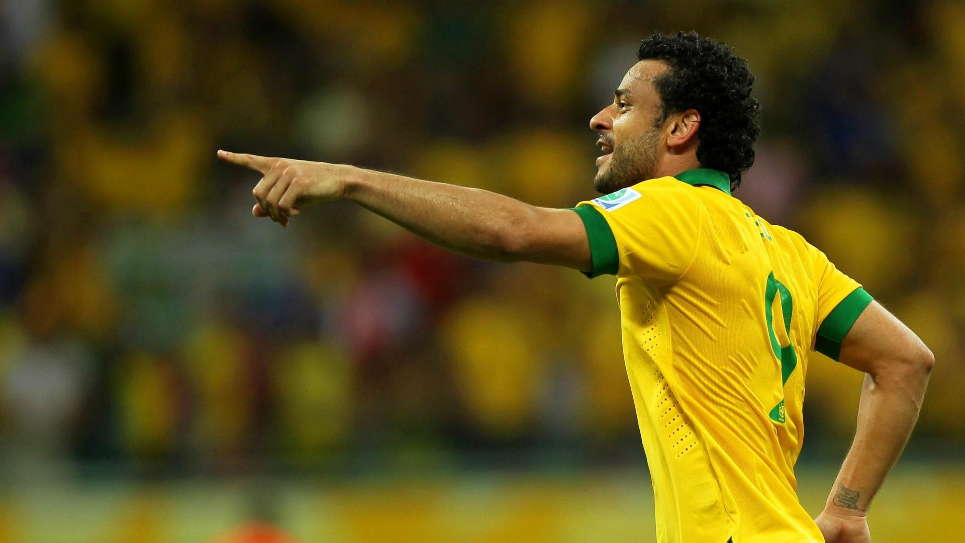 22.jun.2013 - Fred aponta para Marcelo e comemora terceiro gol do Brasil sobre a Itália