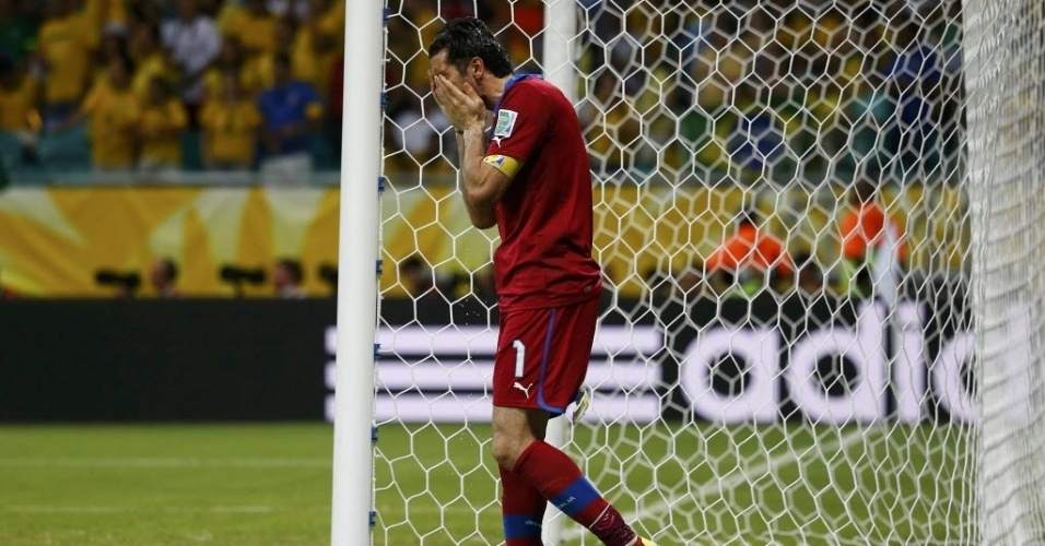 22.jun.2013 - Goleiro Gianluigi Buffon, da Itália, lava o rosto com água após levar o quarto gol da seleção brasileira