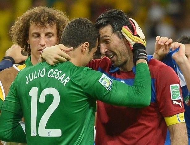 22.jun.2013 - Goleiros, Gianluigi Buffon e Júlio César se cumprimentam após duelo entre Brasil e Itália pela Copa das Confederações
