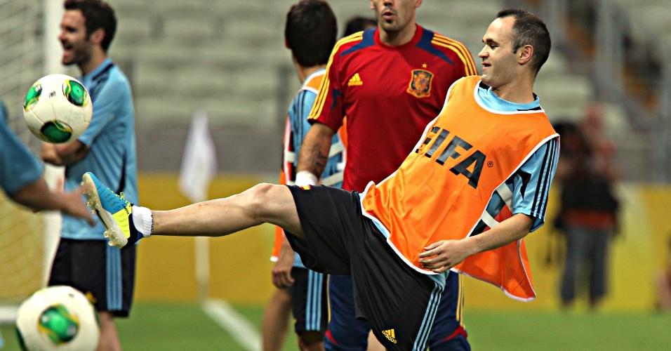 22.jun.2013 - Iniesta é fotografado durante treino da Espanha no Castelão; time se prepara para enfrentar a Nigéria