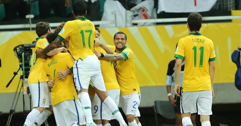 22.jun.2013 - Jogadores do Brasil comemoram quarto gol da seleção marcado por Fred, na partida contra a Itália pela Copa das Confederações