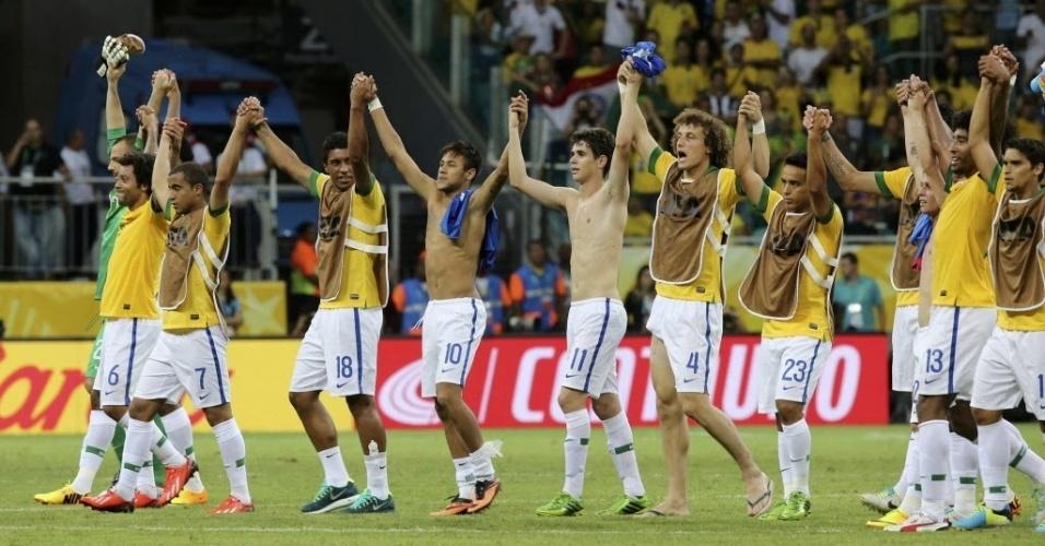 22.jun.2013 - Jogadores do Brasil cumprimentam a torcida após vitória contra a Itália, na Arena Fonte Nova, em Salvador