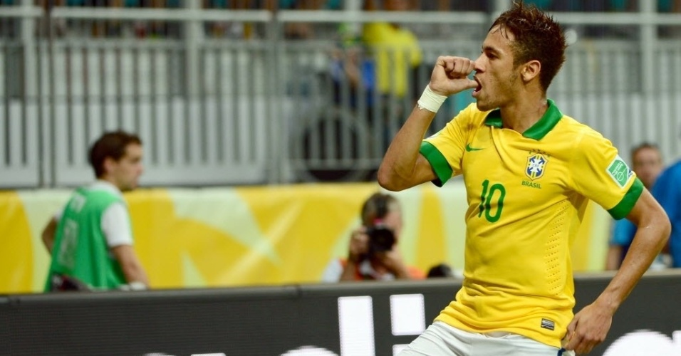 22.jun.2013 - Neymar comemora após marcar de falta para o Brasil contra a Itália