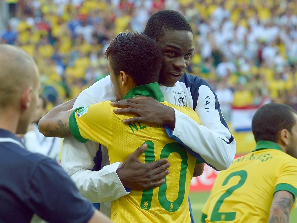 22.jun.2013 - Neymar e Balotelli se abraçam antes de partida entre Brasil e Itália na Arena