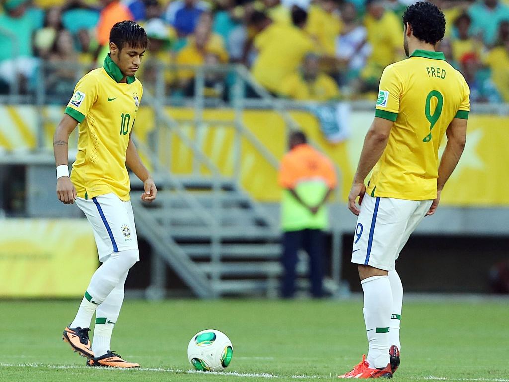 22.jun.2013 - Neymar e Fred dão pontapé inicial para partida entre Brasil e Itália