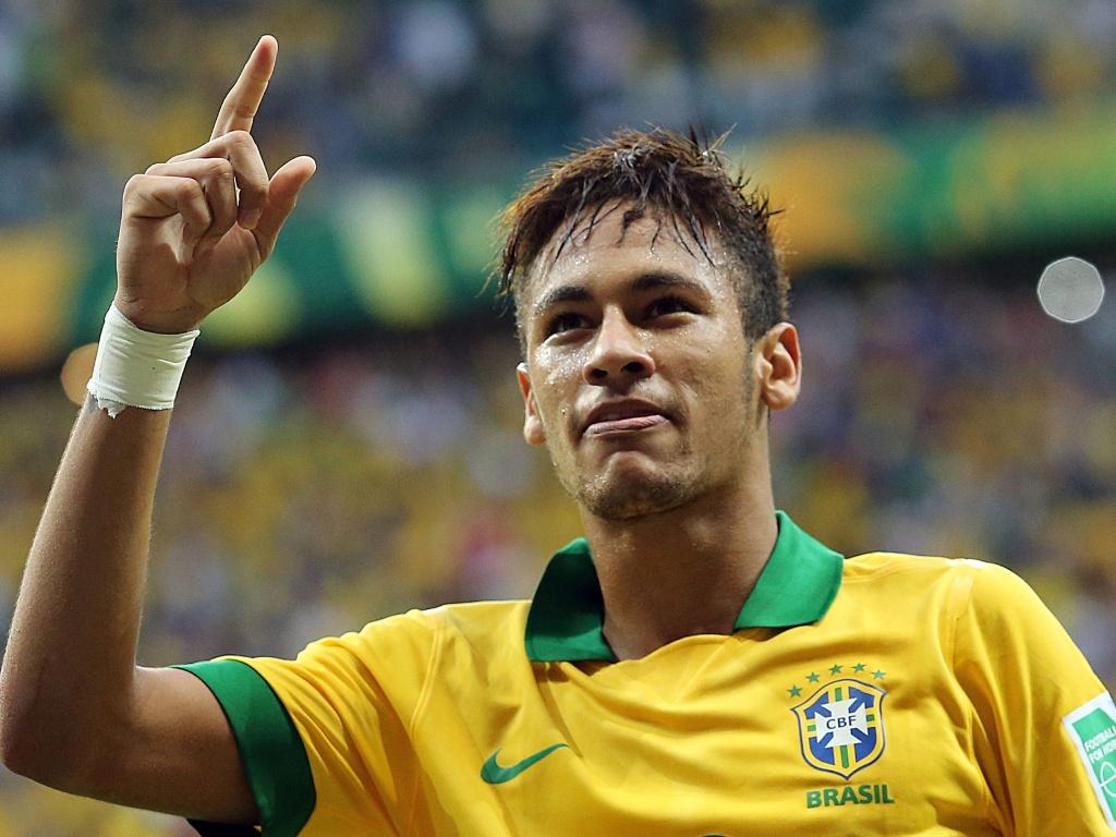 22.jun.2013 - Neymar sorri para a torcida após marcar sobre a Itália na Arena Fonte Nova