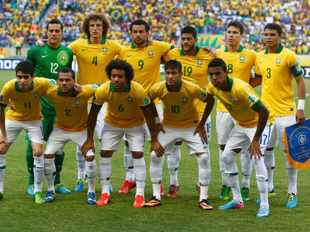 22.jun.2013 - Seleção brasileira posa para foto oficial antes de jogo contra a Itália na Arena Fonte Nova