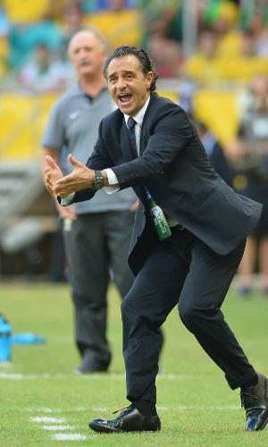 22.jun.2013 - Técnico da Itália, Cesare Prandelli, grita com equipe durante a partida contra o Brasil