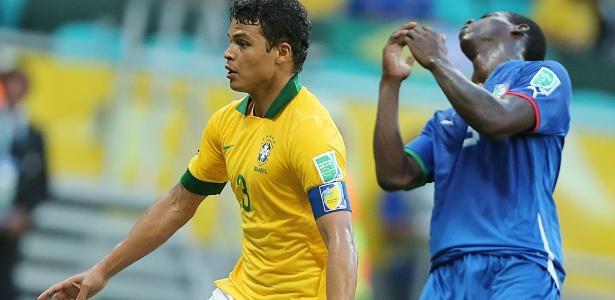Thiago Silva protege a bola em disputa com Balotelli durante o jogo entre Brasil e Itália, em Salvador