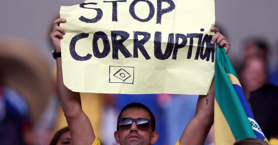 22.jun.2013 - Torcedor exibe cartaz em protesto contra a corrupção no Mineirão