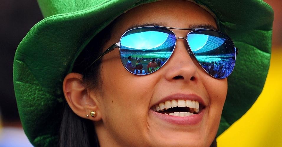 22.jun.2013 - Torcedora vai de chapéu e óculos escuros ao Mineirão para companhar Japão e México