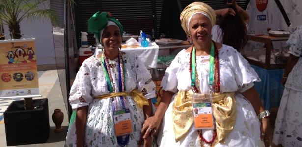 Mary Jane Santos e Rita Santos (dir.), presidente da Associação das Baianas de Acarajé, reclamam da Copa