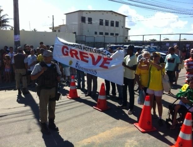 22.junho.2013 - Grevistas no trajeto da seleção brasileira para a Arena Fonte Nova