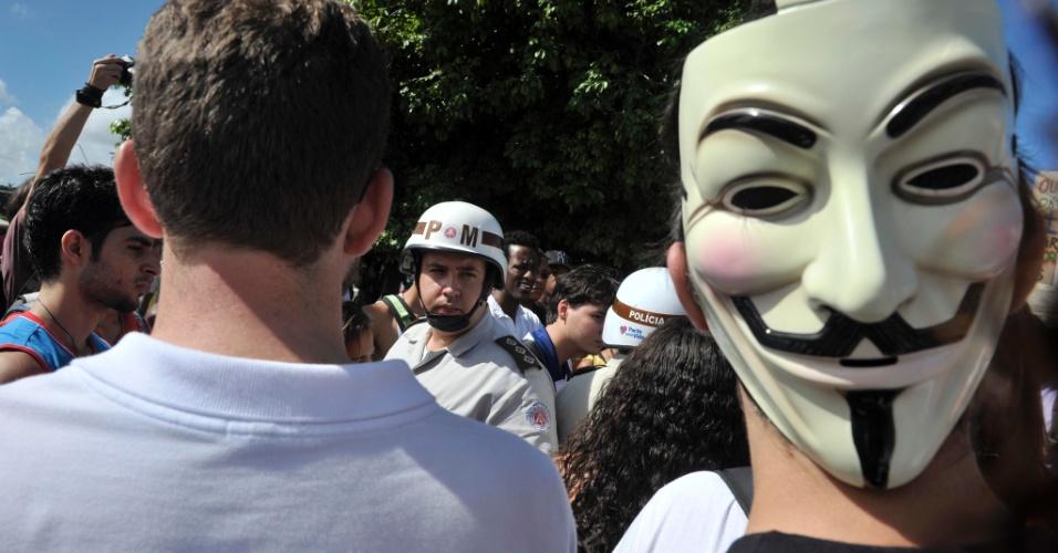 22.junho.2013 - Manifestantes protestam nas cercanias da Arena Fonte Nova antes de partida entre Brasil e Itália pela Copa das Confederações