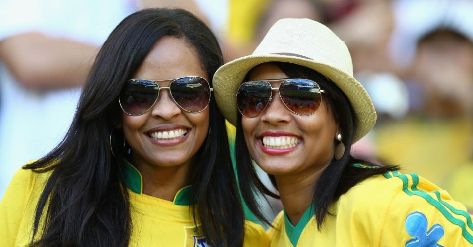 22.junho.2013 - Torcedoras começam a chegar à Arena Fonte Nova e se destacam na arquibancada