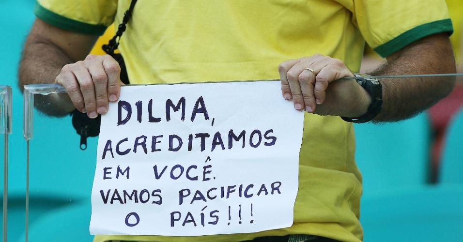 22.junho.2013 - Torcedores protestam nas arquibancadas da Arena Fonte Nova