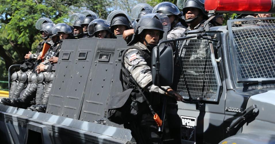 22.junho.2013 - Tropa de Choque da polícia faz segurança no entorno da Arena Fonte Nova antes da partida entre Brasil e Itália