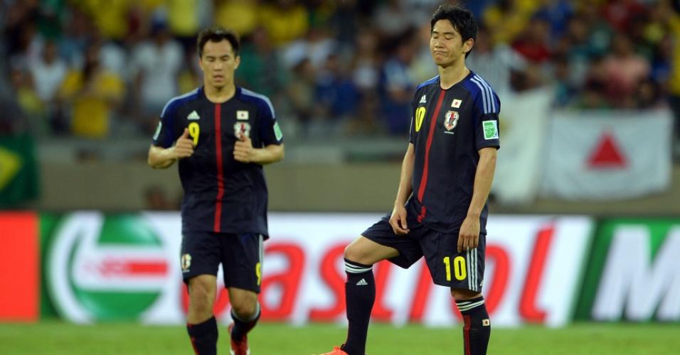23.jun.2013 - Shinji Kagawa (d) mostra decepção em saída de bola do Japão após um gol do México durante jogo válido pela Copa das Confederações