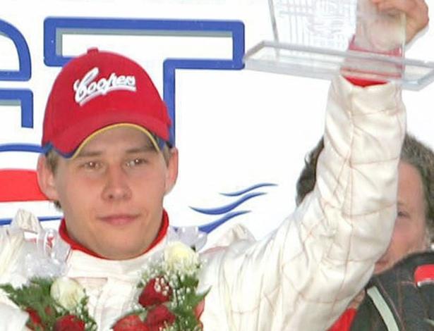 Piloto dinamarquês, Allan Simonsen morreu aos 34 anos após sofrer um grave acidente logo no início das 24 Horas de Le Mans, em 22 de junho de 2013. Era sua sétima participação na tradicional prova