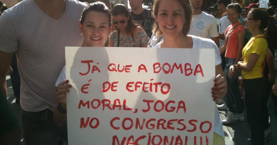 Manifestantes criticam o Congresso na caminhada rumo ao Mineirão