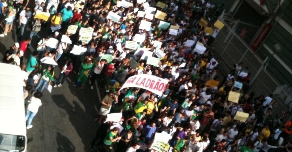 Multidão caminha rumo ao estádio do Mineirão antes de México x Japão