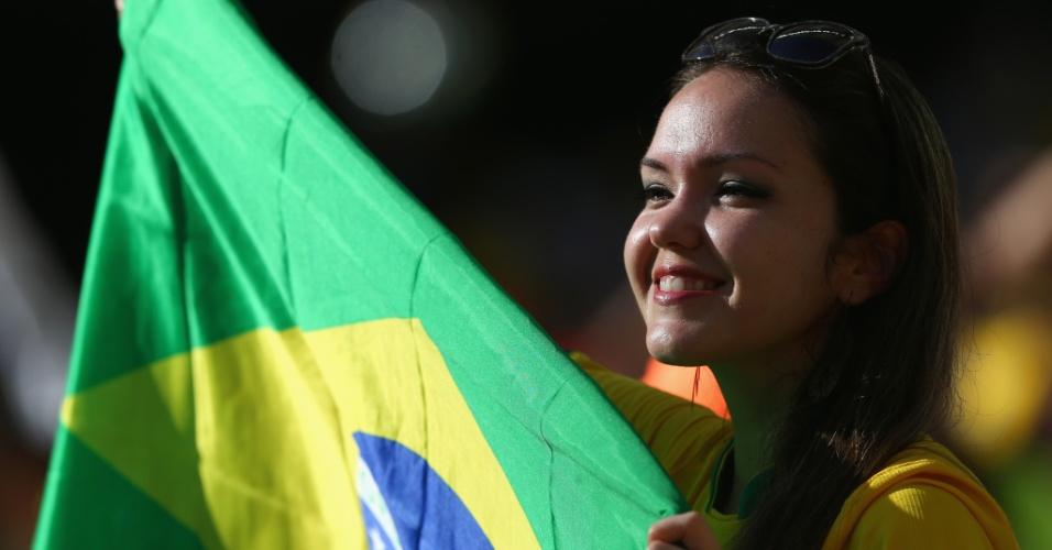 Torcedora mostra bandeira do Brasil antes de Brasil x Itália