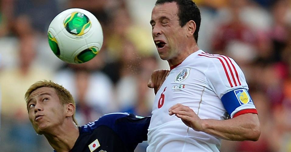 22.jun.2013 - Gerardo Torrado e Keisuke Honda disputam jogada pelo alto em lance da vitória por 2 a 1 do México sobre o Japão no Mineirão pela Copa das Confederações