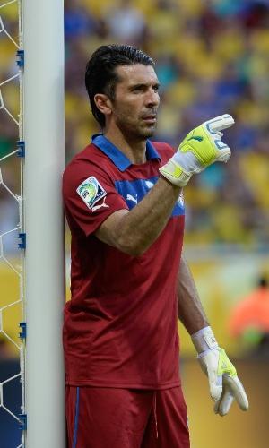 22.jun.2013 - Gianluigi Buffon orienta a defesa da Itália durante a derrota por 4 a 2 para o Brasil na Fonte Nova pela Copa dos Confederações